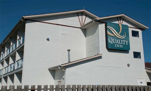 Exterior view of Quality Inn Ocean Shores on a Sunny Day